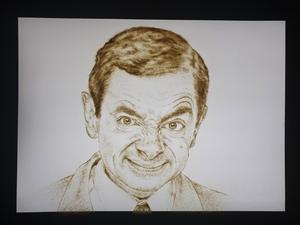 Rowan Atkinson som Mr. Bean, porträtterad i sand av Chloe.
