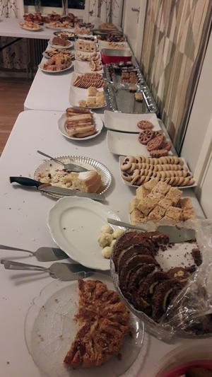 Det här är en bild av det dignande kakbordet efter det att en del har hunnit förse sig av läckerheterna. Fotograf: Karl-Anders Nordström