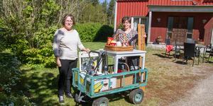– Loppis är bra för de är enkelt och bra sätt att bli av med gamla grejer, säger Kristina Karlsson till vänster i bild. Här hjälper hon Inger Berglund plocka upp en del som ska säljas.