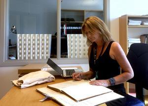 Tidningens reporter Katarina Vikström på regionarkivet i Härnösand där journalerna från Bodaborg förvaras.