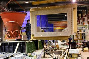 Ett av byggelementen som ska levereras till Norra tornen under ett lyft hos SCF Betongelement i Strömsund.