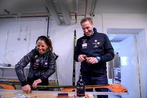 Charlotte Kalla vallar sina skidor tillsammans med tränaren Magnus Ingesson. Bild: Anders Wiklund.