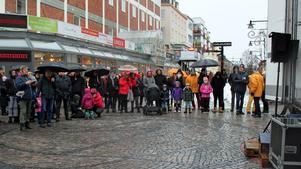 Ett par hundra personer trotsade regn och rusk för att vara med om dragningen i Lions reselotteri.