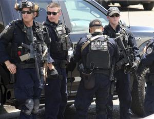 U.S. Customs and Border Protection (USAs tull och gränsskydd) officerare samlade nära platsen för skjutningen vid en handelsgalleria i El Paso, Texas, 3 augusti 2019. Foto: AP Photo / Rudy Gutierrez.