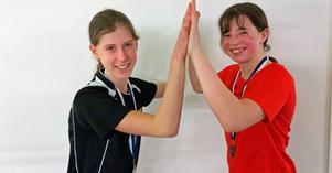 Give me five! Ella Rudolfsson, till vänster, och Ella Eng är lyckliga efter att ha tagit varsin silvermedalj i tävlingarna Örebro Junior tour i badminton.