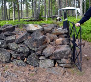 Muren, grinden och en gravhäll vid den medeltida kyrkogården i har vandaliserats, men nu ska de restaureras. Foto: Berit Zöllner