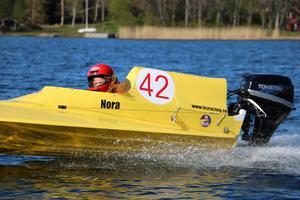Nora Jansson ute och tränar utanför Gräddö med sin gula båt som är 15 hästare som går 35 knop.