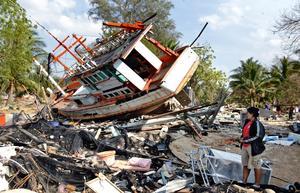 Foto: TT/AP Photo. En närmast total förödelse drabbade Khao Lak med tsunamin – orten var värst utsatt i Thailand.
