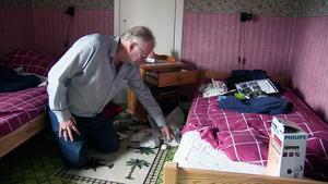 Hela huset är genomsökt av tjuven, eller tjuvarna. Här är det dotterns rum som tjuvarna rotat i.