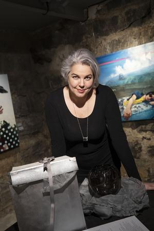 Anna Lena Kauppi är glaskonstnär sedan många år tillbaka. Just nu jobbar hon mycket med att bygga utställningar, men är även mitt i arbetet med en egen utställning.