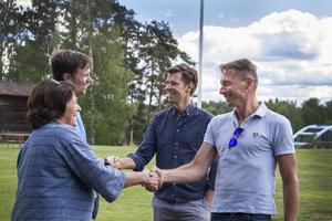Henrik Estander och Johan Alexander Lindman från prideföreningen kom personligen till hembygdsgården för att låna ut prideflaggor.
