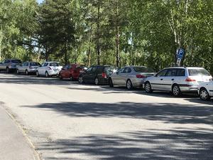 I dag är det gratis att parkera på gatan på en begränsad sträcka längs Granövägen där ett 50-tal fordon får plats. Men den möjligheten försvinner i och med anläggandet av en gång- och cykelbana.