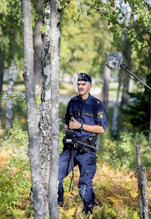 Mikrofonbommen som sticker fram från höger sida i bild har blivit ett naturligt inslag i polisernas arbetsdagar.
