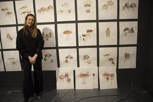 Åsa Ersmark har i ett års tid målat svampar med sitt eget mensblod.