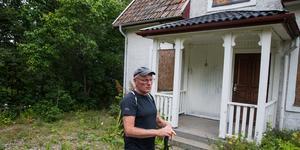 Åke Andersson förfäras över gårdens allt sämre skick. Han hoppas att byggnaderna går att rädda.