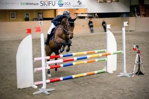 Kristina Lundmark Bakken från Näsets ryttarsällskap, med hästen Waron Winchester, kom nia i klassen med 100 centimeter höga hinder.