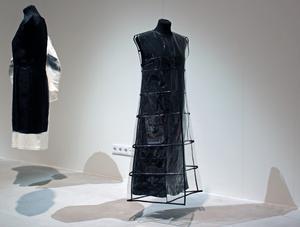 Svensken Simon Ekrelius är specialiserad på kvinnligt mode. Han arbetar i ett klassiskt skräddarhantverk när han skapar arkitektoniska och minimalistiska kontrastrika kläder där material som silke, ull och bomull möter vinyl och polyester.