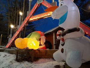 Disneyfigurerna Musse Pigg och Olof, från filmen Frost, knivskars vid ett av Grycksbos mer kända kännetecken de senaste åren; den stora adventsljusstaken vid ortens norra in- och utfart. Foto: Helena Davidsson