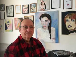 S-politikern Robert Ciabatti sadlar om till konstnär. Hans lägenhet är hans ateljé.