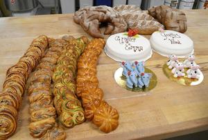 Eleverna har övat i flera månader inför skolmästerskapen i bageri. Förutom tårtor, marsipanfigurer, bullar och matbröd ska de även göra wienerbröd under de 4,5 tävlingstimmarna.