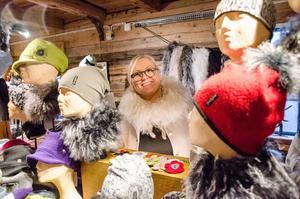 Christina Blomberg från Eskilstuna säljer egengjorda mössor. – Favoriten i år är en mössa med fårskinnstofs.