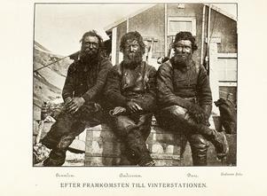 Tre av expeditionsmedlemmarna, med Duse längst till höger, framför det hus som den nya expeditionen nu vill försöka rädda.