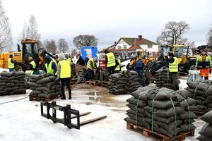 I början av april fylldes tusentals sandsäckar i Björbo – en förberedelse inför en vårflod som befaras bli ett så kallat 100-årsflöde.