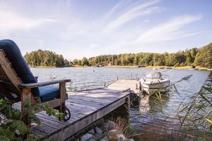 Vatten, brygga och kanske en egen båt. Det ljuva livet lockar klick. Foto: Julia Pettersson/Sjönära