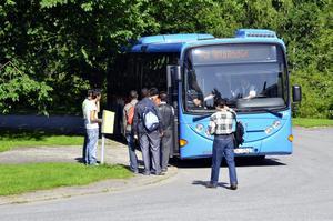Inget att göra. I Stråssa finns ingen eller liten samhällsservice och få fritidssysselsättningar. Bussen till Lindesberg är därför flitigt utnyttjad av de asylsökande.
