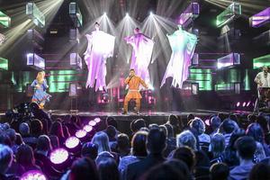 Jon Henrik Fjällgrens jojk, Manne Leam Frijje (Jag är fri) är ett mäktigt nummer med dans, änglar?, trummor och en lägereld på scen. Och så Jon Henrik förstås.