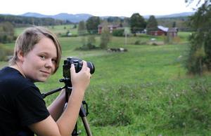12-åriga Håkan Hallberg vill bli naturfotograf och är en av kursdeltagarna som ställer ut sina bilder på Bollnäs bibliotek i helgen.