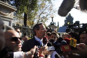 Sätter sig på tvären. Högerledaren Antonis Samaras har envetet sagt nej till att vara med i en koalitionsregering i vilken Giorgos Papandreou ingår.foto: scanpix