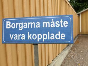 Påbudsskylt av Johan Löfström.