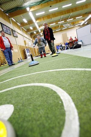 """11-årige Johan Banck utmanar sin pappa Lars i gräsmattecurling. """"Jag spelar fotboll också, och går på Kul och bus på söndagar"""", berättade han. Foto: Henrik Flygare"""