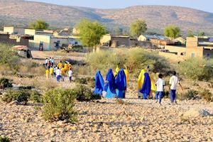 En av byarna som Lions planerar borra efter vatten. Barn på väg till skolan i Mursal Isas gamla hembygd. Foto: privat