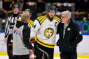 Jacob Blomqvist får hjälp av Glenn Hellström som hoppade in som vikarie under bortaturnén.