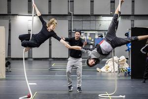 Karoline Aamås från Cirkus Cirkör och Hamadi Khemiri från Dramaten repeterar allkonstverket