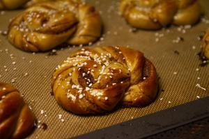 Surdegskanelbulle. Det går även att göra sötare bakverk med surdeg, man får bara anpassa jästiderna, enligt Dorothea Guth