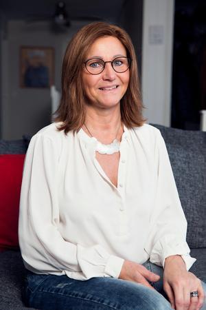 Britt-Marie Wesslén i peruken hon hade med sig till programmet