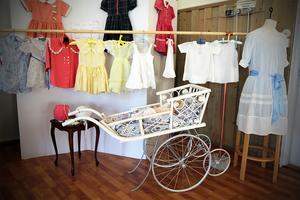 På utställningen finns även barnkläder och föremål.