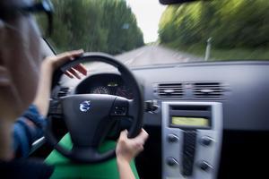 En kvinna från Avesta kommun ska ha kört bil trots att hon saknade körkort. Nu åtalas hon misstänkt för grov olovlig körning. OBS: Bilden är tagen i ett annat sammanhang.