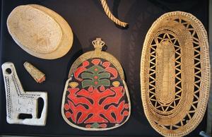 Det  samiska folket har levt som ursprungsfolk även i Gävleborgs län, skriver insändaren. Rotkorgar, nålbrev och tennbroderad dräktväska hör till de samiska hantverksprodukter som såldes till Hälsinglands bönder. Ur Hälsinglands museums samlingar.