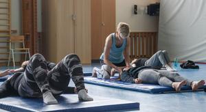 Barn och unga är mer stillasittande i dagens data-och telefonsamhälle som ger försvagade muskler och yogan förstärker muskler och minskar spänningar som kan ge smärtor i nacke och huvud.