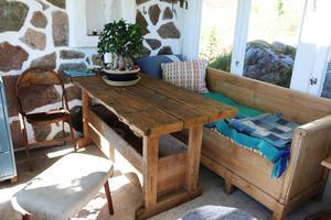 Inuti växthuset finns ett bord som är gjord av en gammal hyvelbänk.