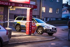 Flera patruller ryckte ut efter larmet om rån. Butiken spärrades av och en teknisk undersökning ska göras.