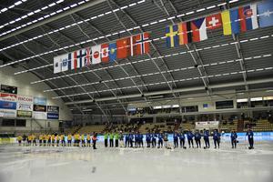 Flaggorna hänger på rad i taket under VM i Vänersborg. BILD: Björn Larsson Rosvall/TT
