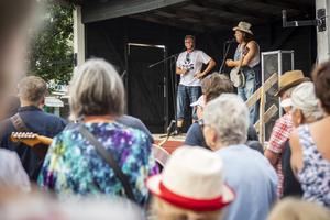 """Contrymusikern Sigge Hill presenterar kvällen som """"en Yra med Hälsingetema"""" eftersom flera band från Hälsingland finns på plats."""