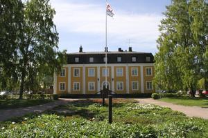 Helårsprognosen för kommunens ekonomi har justerats upp. Bilden visar Avesta kommunhus.