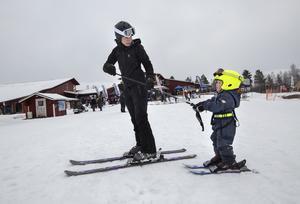 Elin Salminen från Sundsvall hjälper sin son Linus till liften.