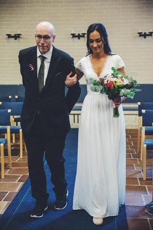 Ida Merchant gick nedför altargången tillsammans med sin pappa Anders.